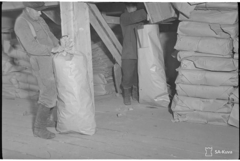 Pilke kuivatettiin höyryuunissa ja pakattiin paperisäkkeihin.