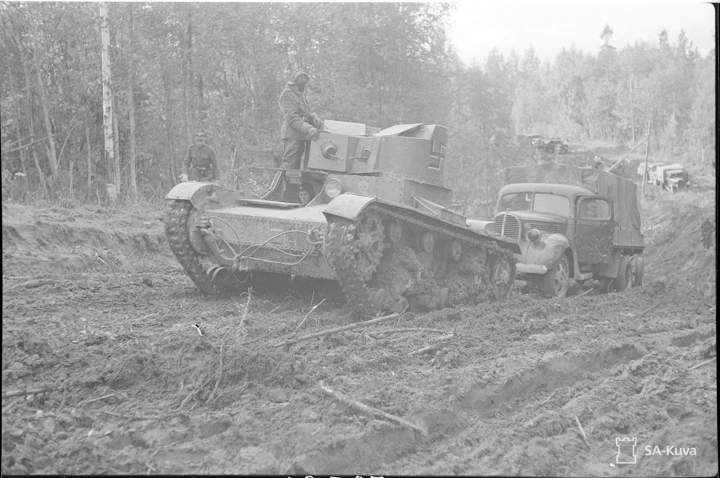T-26vetää kuorma-autoa syväri