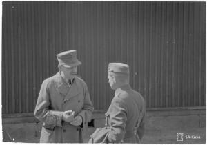 Ylipäällikkö Mannerheim ja linnoitustöiden johtaja Hanell. SA-kuva 139869