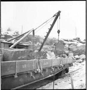 Kallion poraus. N 2 Estekivien lastaus rautatievaunuun.