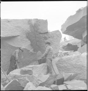 Kallion poraus. N 2 Estekivien lastaus rautatievaunuun. SA-kuva 144964