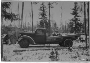 Hv.estekivien kuljetuksessa vaurioitunut SA 29579, Perkjärven Liikolassa 12.11.1943. Auton takapyörät pudonneet lankkutieltä 20 m., estekiven paino 4,5-5 tonnia. SA-kuva 139755