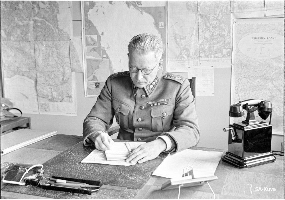 Laatokan puolustuksen komentaja, eversti Järvinen virkahuoneessaan.