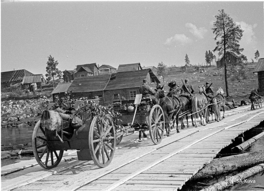 Kevyt kenttäkanuuna ylittää juuri valmistuneen Ontrosenvaaran sillan.