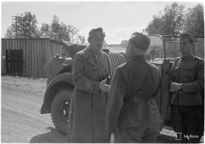 SA-Kuva 104113 Mannerheim on päässyt kenraalimajuri Svenssonin luokse Vosnesenja 17.8.1942