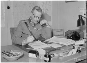 SA-Kuva 96726 E.Hanell Myllykoskella toimistossaan.