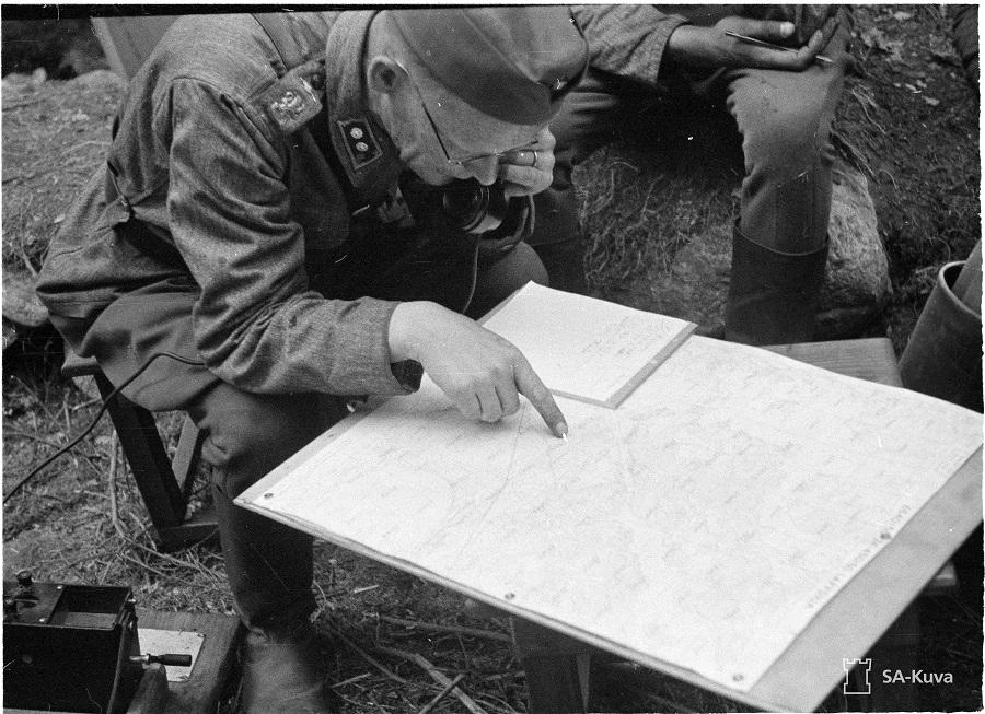 Hangon karttaa tutkitaan. 1941.07.25 SA-kuva 28576