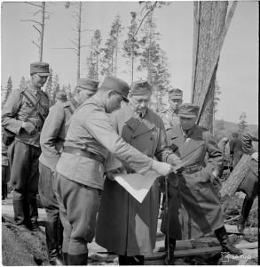 Mannerheim Karhumäessä 1942, todennäköisesti linnoitustyömaalla, kivityömaa. SA-kuva 92651
