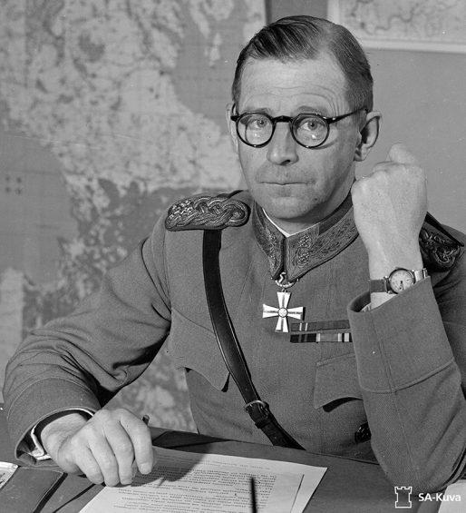 Kenraali Hanell toimistossaan Myllykoskella.