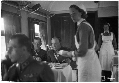 Lotat tarjoilevat Mannerheimin junassa, SA139863