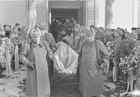 Kenraalit kantavat vainajan kirkosta. SA147055