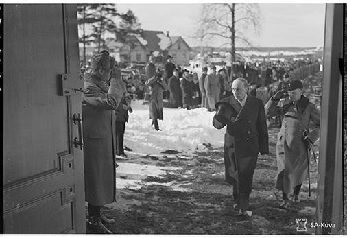 Presidentti Ryti saapuu kirkkoon. Mannerheim odottaa Rytiä vasemmalla oven takana. SA147073