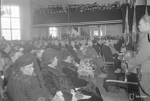 Istumajärjestys kirkossa. Omaiset etualalla käytävän vasemmalla puolen ja arvovieraat oikealla puolen. SA147075