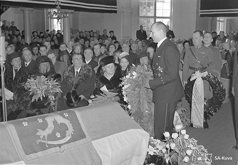 Saksan ministeri laskee Adolf Hitlerin seppeleen. SA147093