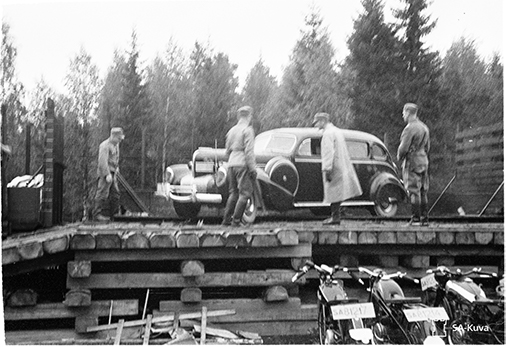 Sotamarsalkan auto puretaan junasta. SA45783