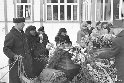 Vainaja kuljetettiin hautajaissaatossa kirkolle Kotkanniemestä n. 12kilometrin matkan. Saattueeseen kuului 26 rekeä. Vainajan arkkua kuljettanutta rekeä ohjasti Kotkaniemen pehtoori Reetu Virtanen joka kuvassa pitelee ohjaksia. SA147113.